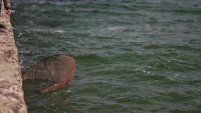 El rompeolas del mar es lavado por las ondas en la cámara lenta almacen de metraje de vídeo