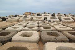 El rompeolas en la playa foto de archivo