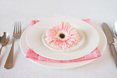 El rosa del día del ` s de la tarjeta del día de San Valentín adornó el ajuste de la tabla para la cena romántica Fotos de archivo