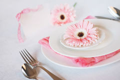 El rosa del día del ` s de la tarjeta del día de San Valentín adornó el ajuste de la tabla para la cena romántica Foto de archivo