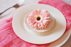 El rosa del día del ` s de la tarjeta del día de San Valentín adornó el ajuste de la tabla para la cena romántica Fotografía de archivo libre de regalías