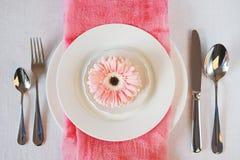 El rosa del día del ` s de la tarjeta del día de San Valentín adornó el ajuste de la tabla para la cena romántica Fotos de archivo libres de regalías