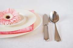 El rosa del día del ` s de la tarjeta del día de San Valentín adornó el ajuste de la tabla para la cena romántica Foto de archivo libre de regalías