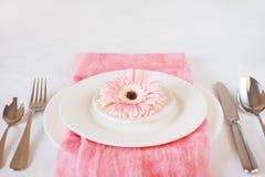El rosa del día del ` s de la tarjeta del día de San Valentín adornó el ajuste de la tabla para la cena romántica Imágenes de archivo libres de regalías