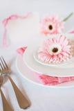 El rosa del día del ` s de la tarjeta del día de San Valentín adornó el ajuste de la tabla para la cena romántica Imagen de archivo