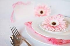 El rosa del día del ` s de la tarjeta del día de San Valentín adornó el ajuste de la tabla para la cena romántica Fotografía de archivo