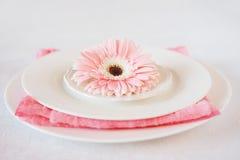 El rosa del día del ` s de la tarjeta del día de San Valentín adornó el ajuste de la tabla para la cena romántica Imagen de archivo libre de regalías