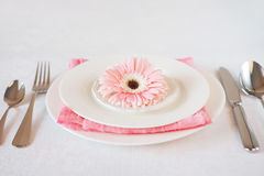 El rosa del día del ` s de la tarjeta del día de San Valentín adornó el ajuste de la tabla para la cena romántica Imagenes de archivo