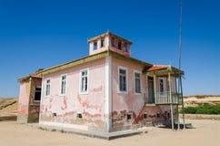 El rosa grande arruinó la mansión a partir de épocas coloniales portuguesas en Angola Fotografía de archivo
