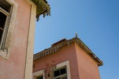 El rosa grande arruinó la mansión a partir de épocas coloniales portuguesas en Angola Imágenes de archivo libres de regalías