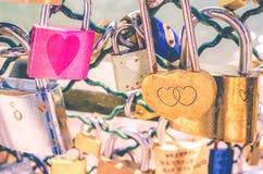 El rosa se descoloró los candados del amor Foto de archivo libre de regalías