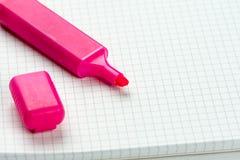 El rosa sentía la pluma sobre el cuaderno de la escuela con el espacio de la copia sobre el fondo blanco Imágenes de archivo libres de regalías