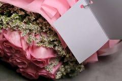 El rosa subió ramo en fondo negro del cemento imagen de archivo