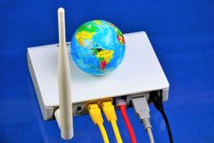 El router - conexión a internet, el World Wide Web Router — dispositivo de la red para el acceso a internet y para la red corpora foto de archivo