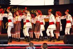 El rumano embroma el baile del grupo del folclore Fotografía de archivo