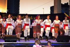 El rumano embroma el baile del grupo del folclore Imagen de archivo