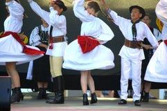 El rumano embroma funcionamiento de los bailarines del folclore Fotos de archivo