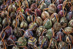 El rumano tradicional pintó los huevos de Pascua con la cinta de los colores n imagen de archivo