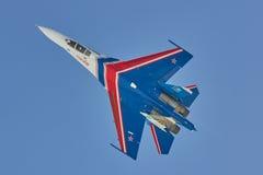 El ruso aeroacrobacia del ` del equipo de ST PETERSBURG, RUSIA knights los aviones SU-30 del ` foto de archivo libre de regalías