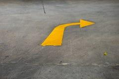 El símbolo amarillo de la flecha para un de giro a la derecha Imagenes de archivo