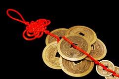 El símbolo de Feng Shui. Seis monedas chinas. Fotografía de archivo