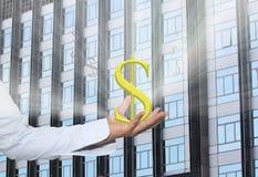 El símbolo de moneda del dólar en una mano del hombre de negocios y tiene un blanco Fotos de archivo libres de regalías