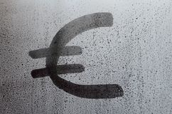 El símbolo de moneda euro sobre el vidrio sudoroso misted Imagen de fondo abstracta Concepto euro de la moneda Fotos de archivo