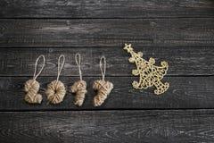 El símbolo del Año Nuevo bajo la forma de árbol de navidad en fondo de madera Imagen de archivo libre de regalías