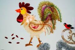 El símbolo del Año Nuevo, del gallo y de las diversas decoraciones hechos del papel Imagen de archivo