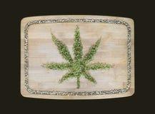 El símbolo del cáñamo hecho de cáñamo secado se va en una boa de bambú de madera fotografía de archivo libre de regalías