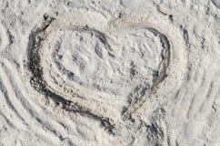 El símbolo del corazón se drena en la arena Foto de archivo libre de regalías