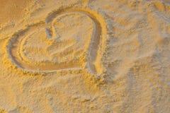 El símbolo del corazón y del amor pintados en la harina Foto de archivo libre de regalías