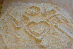 El símbolo del corazón y del amor pintados en la harina Imagen de archivo libre de regalías