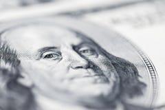 El ` s de Benjamin Franklin observa de una cuenta del ciento-dólar La cara de Benjamin Franklin en los cientos billetes de banco  fotografía de archivo libre de regalías