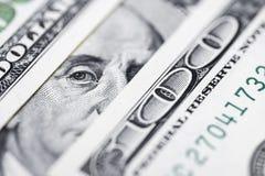 El ` s de Benjamin Franklin observa de una cuenta del ciento-dólar La cara de Benjamin Franklin en los cientos billetes de banco  imagen de archivo
