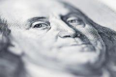 El ` s de Benjamin Franklin observa de una cuenta del ciento-dólar La cara de Benjamin Franklin en los cientos billetes de banco  foto de archivo libre de regalías