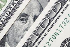 El ` s de Benjamin Franklin observa de una cuenta del ciento-dólar La cara de Benjamin Franklin en los cientos billetes de banco  fotos de archivo