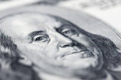El ` s de Benjamin Franklin observa de una cuenta del ciento-dólar Los ojos de Benjamin Franklin en los cientos billetes de banco fotografía de archivo