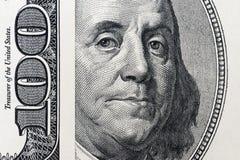 El ` s de Benjamin Franklin observa de una cuenta del ciento-dólar Los ojos de Benjamin Franklin en los cientos billetes de banco
