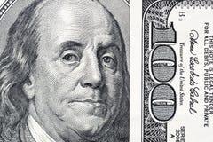 El ` s de Benjamin Franklin observa de una cuenta del ciento-dólar Los ojos de Benjamin Franklin en los cientos billetes de banco fotos de archivo libres de regalías