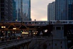 El ` s de Chicago elevó el tren del ` del EL del ` que pasaba sobre la impulsión de Wacker en la puesta del sol fotos de archivo libres de regalías