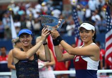 El ` s de las mujeres del US Open 2017 dobla a los campeones Martina Hingis de Suiza L y Chan Yung-Jan de Taiwán durante la prese Fotografía de archivo libre de regalías