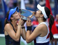 El ` s de las mujeres del US Open 2017 dobla a los campeones Martina Hingis de Suiza L y Chan Yung-Jan de Taiwán durante la prese Fotos de archivo