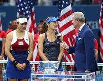 El ` s de las mujeres del US Open 2017 dobla a los campeones Martina Hingis de Suiza R y Chan Yung-Jan de Taiwán durante la prese Imagen de archivo