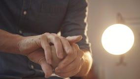 El ` s de los hombres da el ceramista: preparación de la arcilla para el trabajo Un proceso creativo almacen de metraje de vídeo