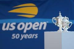 El ` s de los hombres del US Open y el ` s de las mujeres escoge los trofeos en la exhibición durante la ceremonia 2018 del drena fotografía de archivo libre de regalías