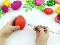 El ` s de los niños da los huevos de Pascua de la pintura El niño está dibujando Semana Santa fotos de archivo libres de regalías