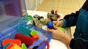El ` s de los niños da el juego con el diseñador plástico colorido, almacen de video