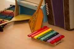 El ` s de los niños juega los instrumentos musicales balalaica, acordeón, harpsi Fotografía de archivo