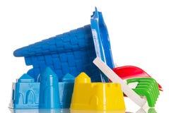 El ` s de los niños juega para jugar con la arena aislada en blanco Imagen de archivo